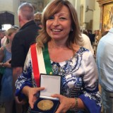 Dontella Tesei, sindaco di Montefalco, con la Medaglia  d'onore del presidente della Repubblica  Sergio Mattarella a Montefalco per l'iniziativa.